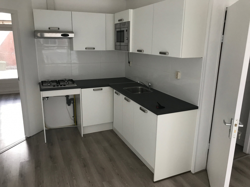and was completely renovated 2 years ago. The apartment has an outdoor area and a beautiful living room with bay window. The rental price is € 925